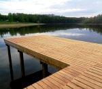Vyhlídkové a odpočinkové dřevěné molo u oblíbené stezky pro pěší kolem Hostivařské přehrady